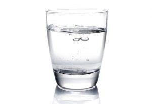 1. Beți un pahar cu apă înainte de a face mișcare! Acest lucru va preveni deshidratarea și dezechilibrul electrolitic asociat.