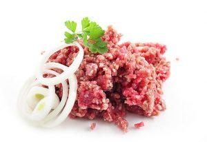 2. Evită carnea crudă sau insuficient gătită
