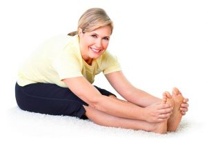 2. Încălziți-vă înainte de a face sport pentru a vă asigura că tendoanele, ligamentele, mușchii și articulațiile sunt bine pregătite. Procedând astfel, veți evita supraîncărcarea mușchilor, ceea ce poate duce la crampe.